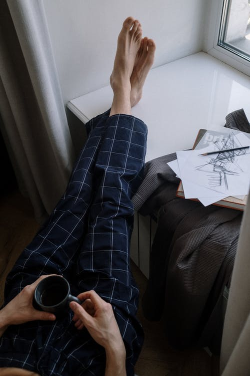 Foto stok gratis ambang jendela, celana, dalam ruangan