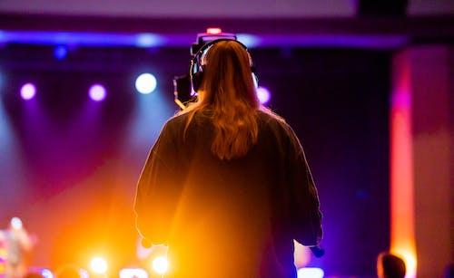 Ilmainen kuvapankkikuva tunnisteilla lavavalot, mustat kuulokkeet, muusikko
