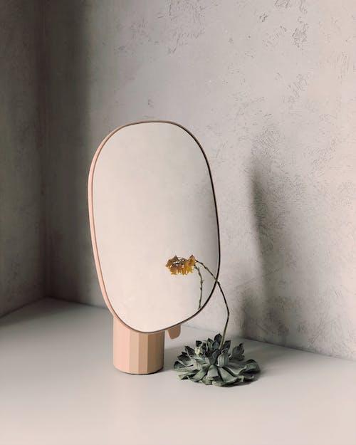 Aynanın Yanında Sarı Yapraklı çiçek