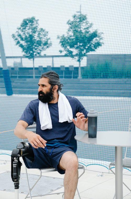 Immagine gratuita di abbigliamento sportivo, alla ricerca, capelli neri