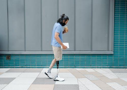 Человек идет с протезом ноги