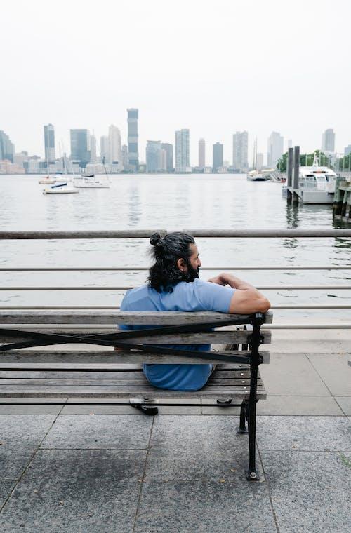 açık hava, adam, Ahşap bank içeren Ücretsiz stok fotoğraf