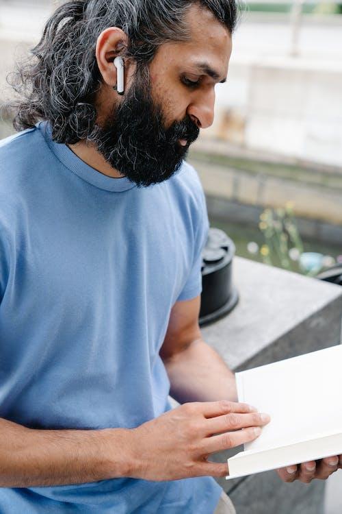 Immagine gratuita di barbuto, focalizzata, leggendo