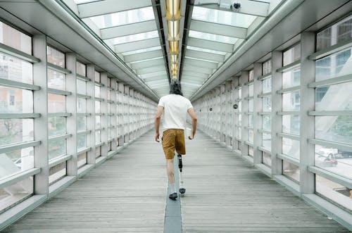 Immagine gratuita di amputato, camminando, corpo positivo