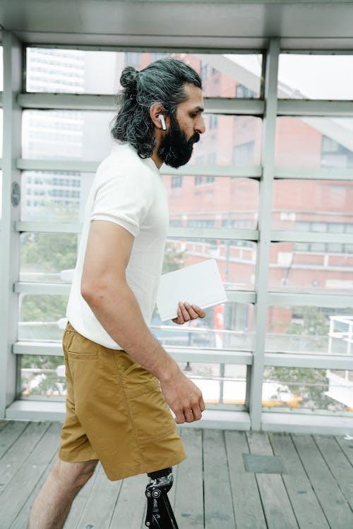 Безкоштовне стокове фото на тему «бежевий, бездротовий, борода»