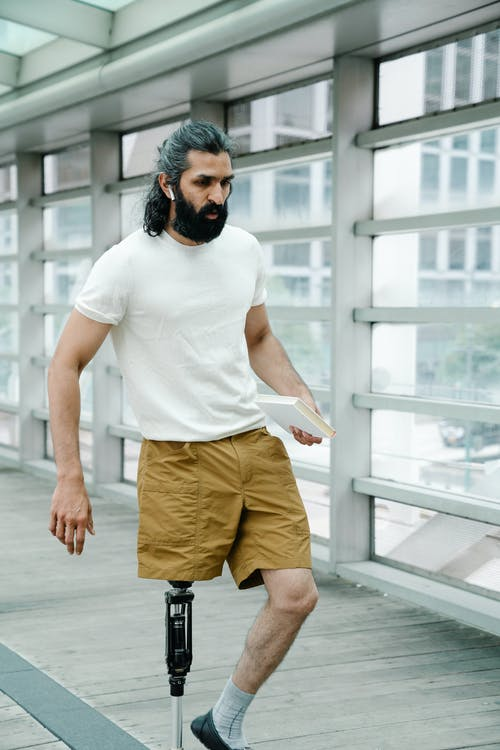 Foto profissional grátis de adulto, amputado, andando