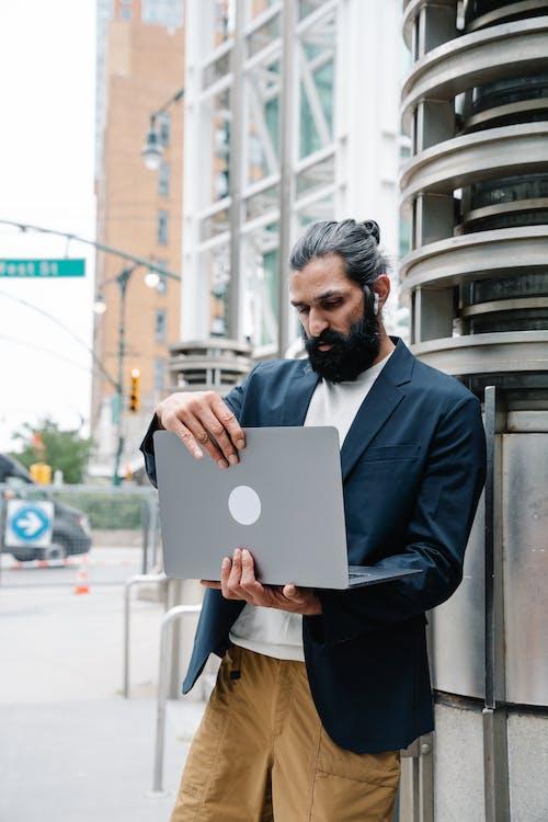 Gratis lagerfoto af arbejder, bærbar computer, digital nomade