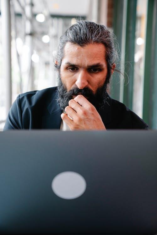 Gratis lagerfoto af arbejder, bærbar computer, eftertænksom