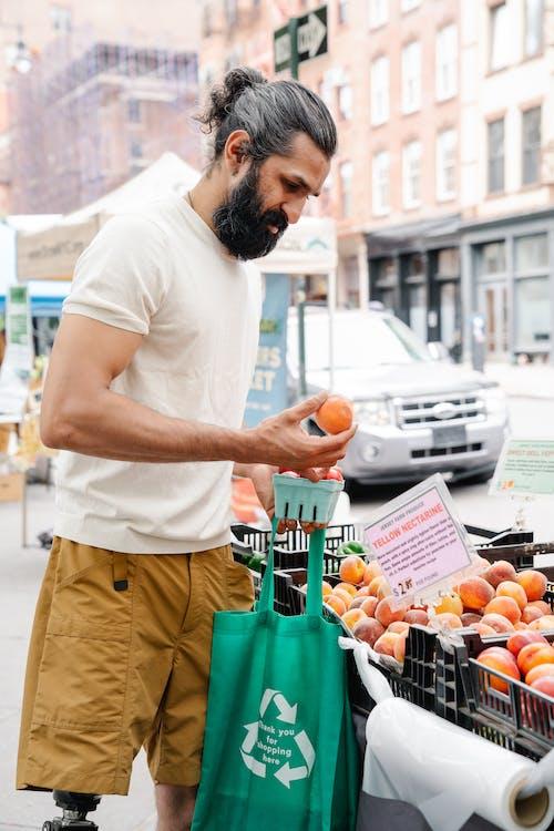 açık hava, adam, alışveriş yapmak içeren Ücretsiz stok fotoğraf