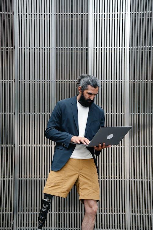 Fotos de stock gratuitas de al aire libre, barba, cabello moreno