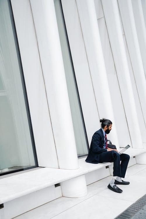 Hombre De Traje Completo Trabajando En Su Computadora Portátil