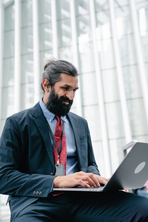 Hombre Sonriente, Usar La Computadora Portátil