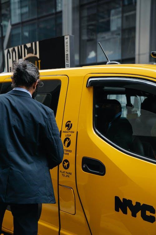 택시 앞에 서 있는 남자