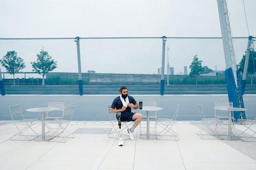 Foto profissional grátis de adulto, cadeira, campo de esporte