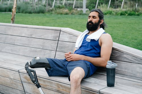 Foto profissional grátis de amputado, barbado, barbudo