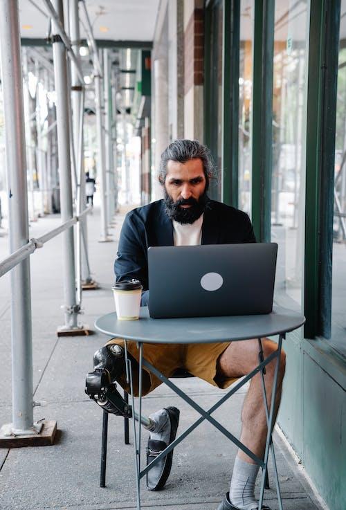 Uomo Concentrato Che Lavora Sul Suo Laptop