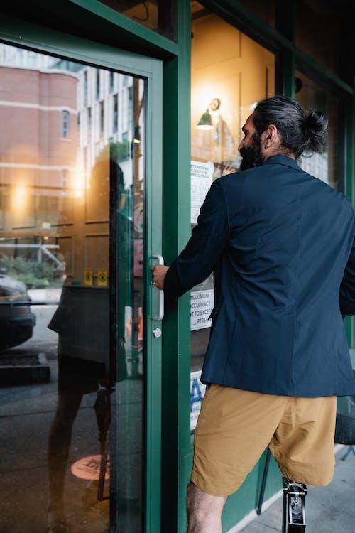 Základová fotografie zdarma na téma dveře, muž, skleněné dveře
