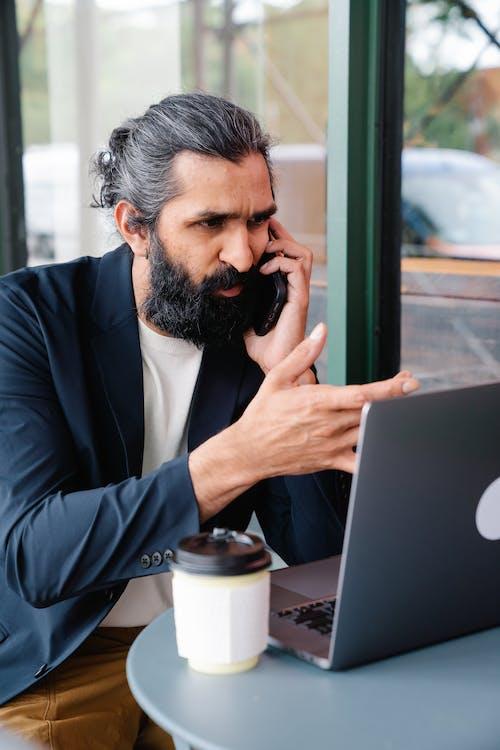 Základová fotografie zdarma na téma mluvit po telefonu, multitasking, muž