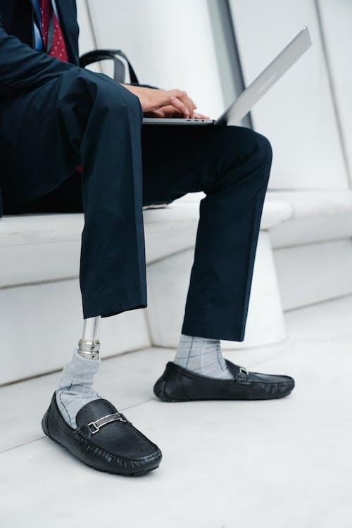 Základová fotografie zdarma na téma amputace, končetiny, kožené boty