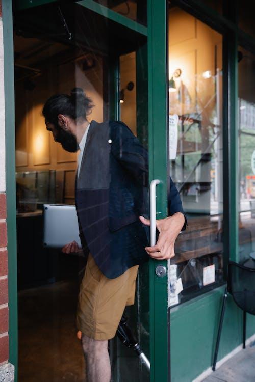Základová fotografie zdarma na téma dveře, ležérní, muž