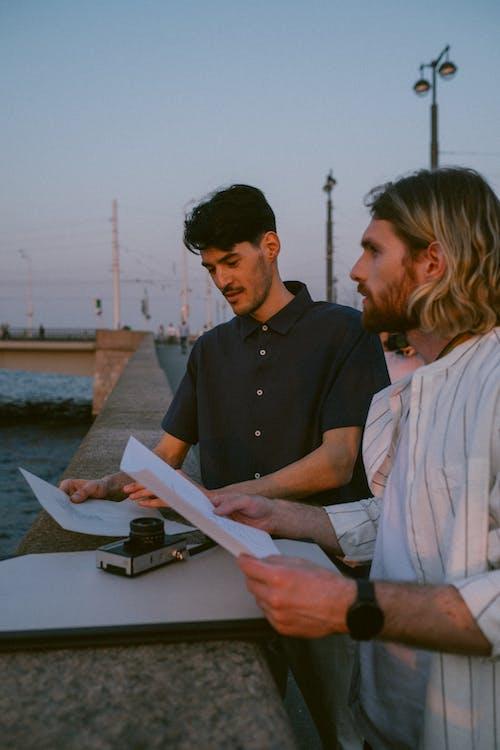 Fotobanka sbezplatnými fotkami na tému byť spolu, Copyspace, diskusia