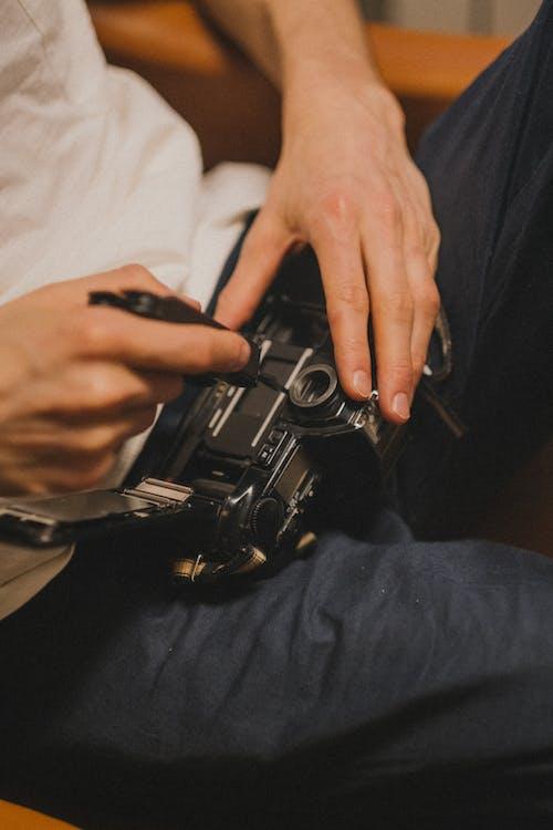 Immagine gratuita di adulto, arma, camera