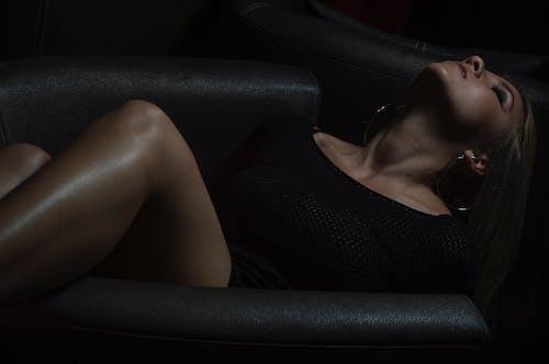 Mujer En Top Negro Con Cuello Redondo