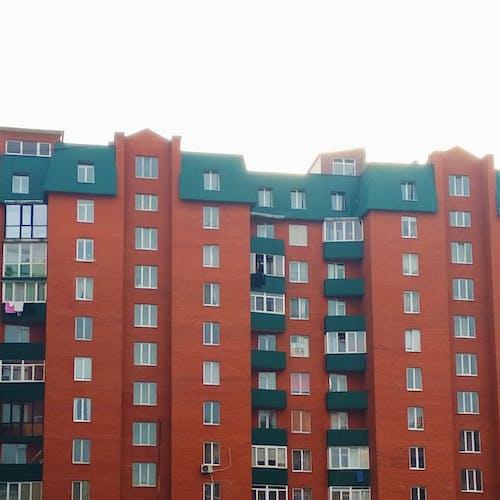 Безкоштовне стокове фото на тему «архітектура, багатоквартирний будинок, багатосторінковий, балкон»