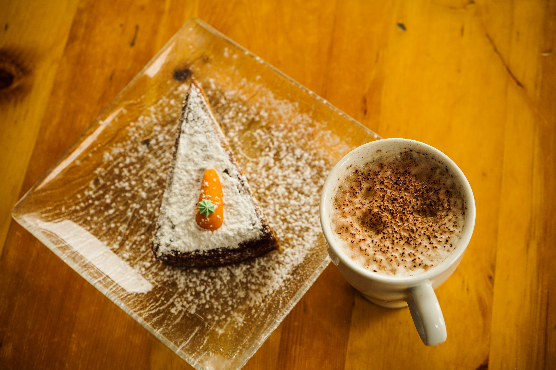 Gratis lagerfoto af Drik, gulerodskage, kaffe, kage
