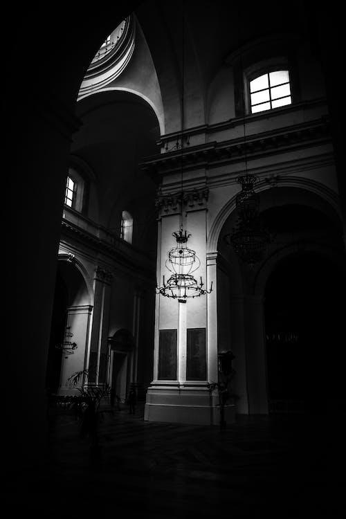 Ilmainen kuvapankkikuva tunnisteilla kaaret, lamppu, mustavalkoinen, tumma