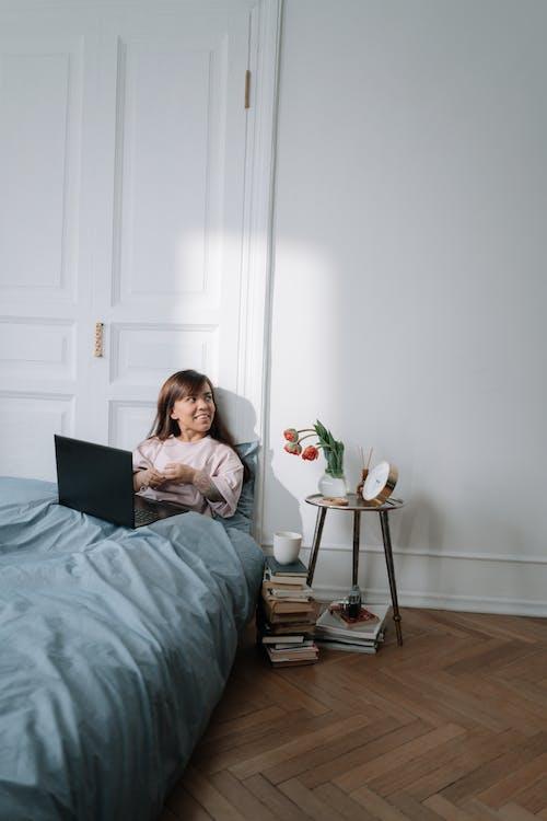 Kostnadsfri bild av arbetssätt, bärbar dator, blomma