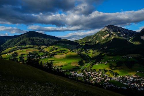 Gratis lagerfoto af bjerge, by, dal, overskyet