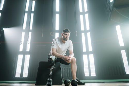 Foto d'estoc gratuïta de adult, assegut, atleta