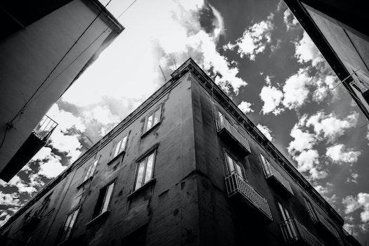 Kostenloses Stock Foto zu schwarz und weiß, kreuzung, himmel, wolken