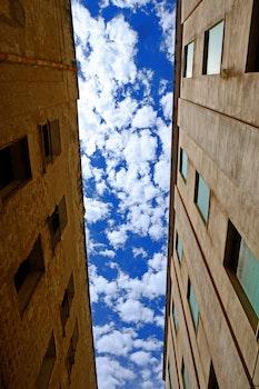 Kostenloses Stock Foto zu himmel, wolken, gebäude, perspektive