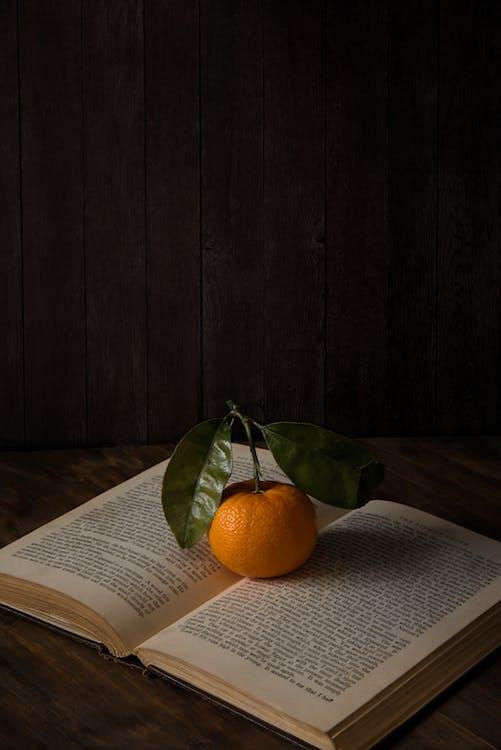 åbnet, appelsin, bogsider