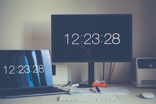 Darmowe zdjęcie z galerii z biurko, czarny, czas, długopis