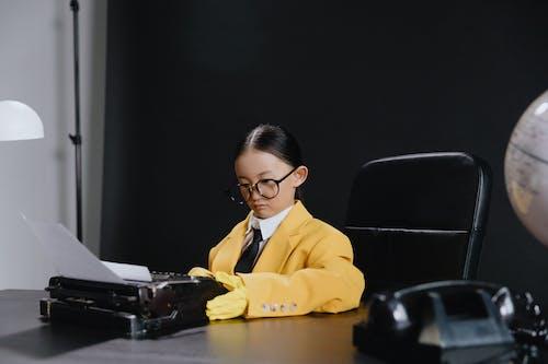 Foto stok gratis anak, background hitam, bangku