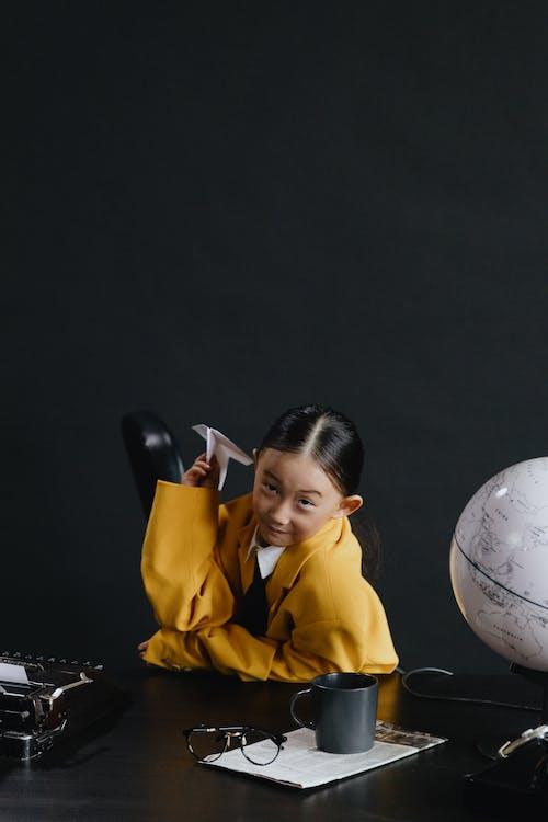Foto stok gratis anak, background hitam, cewek
