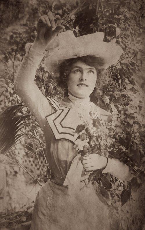 Darmowe zdjęcie z galerii z czarno-biały, kapelusz, kobieta