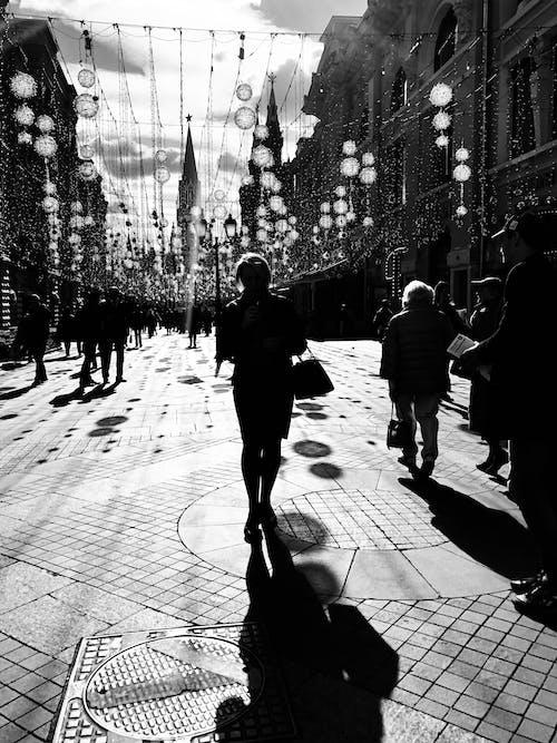 Immagine gratuita di adulto, bianco e nero, camminare