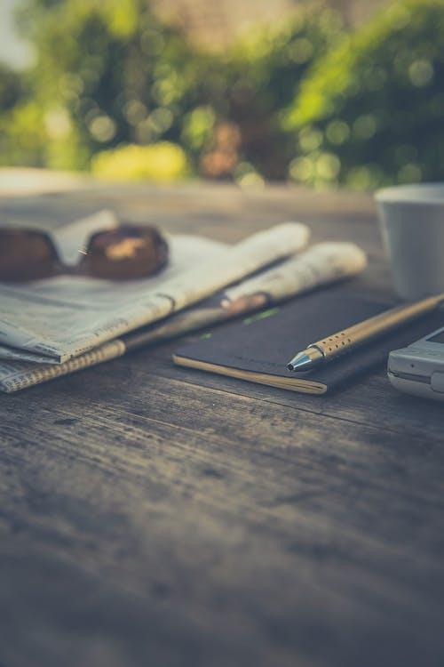 báo chí, cây bút, sổ tay