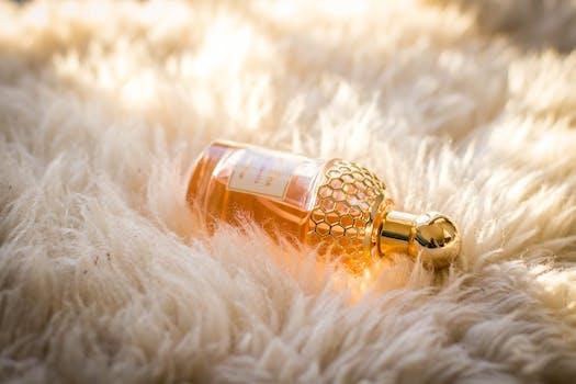 Chiara bottiglia di profumo su tessuto di pelliccia bianca