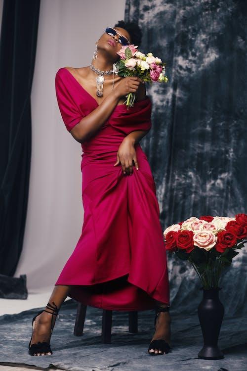 Darmowe zdjęcie z galerii z biżuteria, bukiet, bukiet ślubny, czarna kobieta
