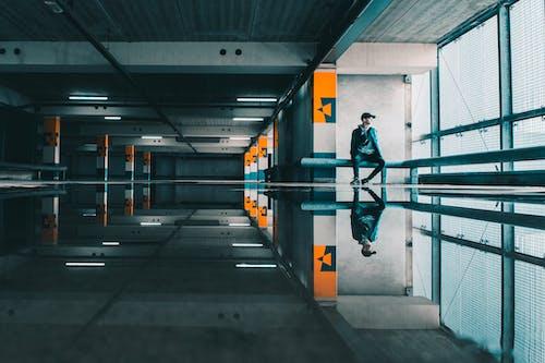 Základová fotografie zdarma na téma architektura, budova, mokrý, muž