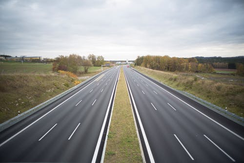 Бесплатное стоковое фото с автомагистраль, асфальт, деревья, дизайн