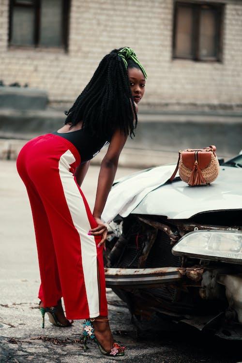 Foto profissional grátis de automóvel, cabelo, calcanhares, desgaste
