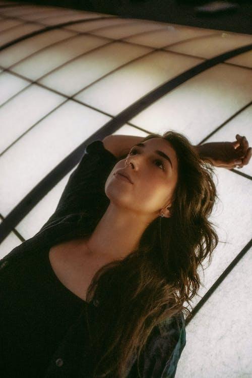 Fotobanka sbezplatnými fotkami na tému bruneta, cestovať, dievča