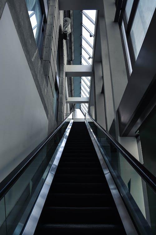 Foto profissional grátis de construção, corrimão, escada rolante, perspectiva