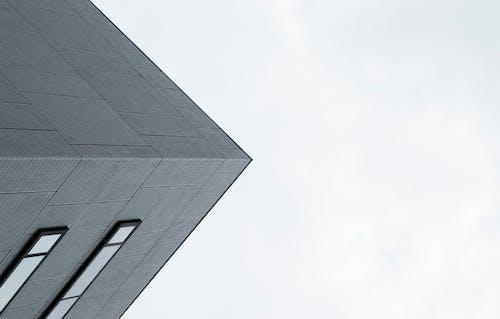 Серое бетонное здание